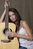 Ein Mädchen und ihre Gitarre Lizenzfreies Stockbild