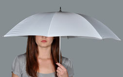 Ein Mädchen unter dem Regenschirm   Stockbilder