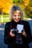 Ein Mädchen untersucht die Kamera. Lizenzfreie Stockbilder