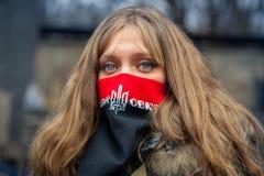 Ein Mädchen vom rechten Sektor während der Demonstrationen auf EuroMaidan lizenzfreie stockbilder