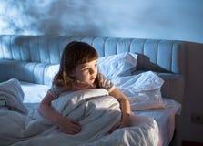 Ein Mädchen von 4 Jahren, zum auf dem Bett heute Abend zu schlafen Lizenzfreie Stockfotografie