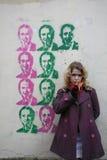 Ein Mädchen vor Graffiti Stockbild