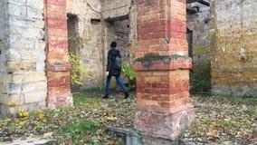 Ein Mädchen wandert um ein verlassenes Haus 4K stock video