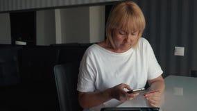 Ein Mädchen zahlt für einen on-line-Kauf Zahlung für on-line-Käufe im Internet unter Verwendung eines Smartphone stock video