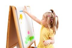 Ein Mädchen zeichnet durch Finger Lizenzfreie Stockfotos