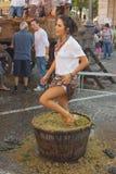 Ein Mädchen zerquetscht die Trauben Stockfoto