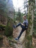 Ein Mädchen zwischen den Bäumen Stockbilder