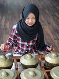 Ein Mädchenspielen gamelan Stockfoto