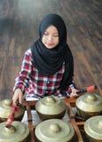 Ein Mädchenspielen gamelan Lizenzfreies Stockfoto