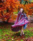 Ein Mädchentanzen mit dem Herbst stockfotografie