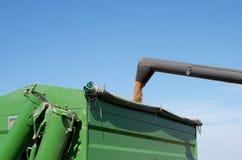 Ein Mähdrescher gießt Korn in einen Kipplaster Stockfotografie