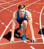 Ein männlicher Athlet bereit, das Rennen laufen zu lassen Stockfotos