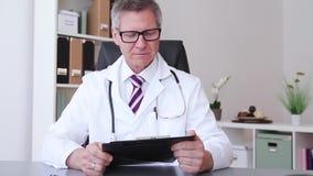 Ein männlicher Doktor, der unten einen Daumen gibt stock video footage