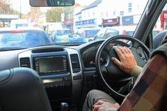 Ein männlicher Fahrer, der die Autohupe drückt Stockbilder