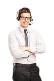 Ein männlicher Kundendienstbediener, der einen Kopfhörer trägt Stockbild