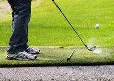 Ein männlicher schlagender Golfball Lizenzfreie Stockbilder