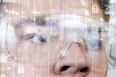 Ein männliches Gesicht in den Gläsern der virtuellen Realität lizenzfreies stockfoto