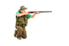 Ein männliches Jägerschießen mit einem Gewehr Lizenzfreie Stockfotografie