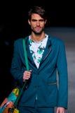 Ein männliches Modell geht die Rollbahn für die Seitensammlung an der 080 Barcelona Mode Stockfotografie