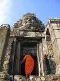 Ein Mönch betritt Bayon Tempel bei Angkor Thom, Kambodscha Lizenzfreies Stockfoto