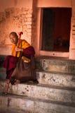 Ein Mönch Devotee von Mahabodhi-Tempel, Bodh Gaya, Indien lizenzfreies stockbild