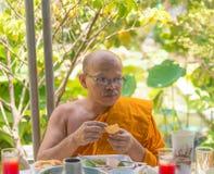 Ein Mönch isst zu Mittag Stockfotografie