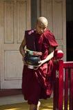 Ein Mönch und sein Angebot Stockbilder