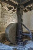 Ein Mühl-Rad an einer alten olivgrünen Mühle in Nord-Korsika Stockfotografie