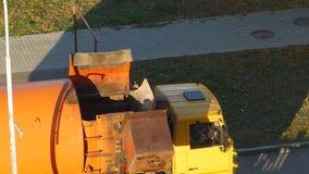 Ein Müllwagen säubert Mülleimer im Hof eines Wohngebiets vom Abfall und nimmt ihn zur Müllgrube, Abschluss stock footage