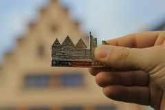 Ein Magnet auf einem Kühlschrank in der rechten Hand Lizenzfreie Stockfotografie