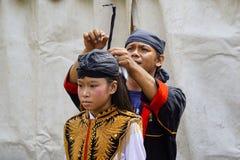 Ein Make-up bereitet traditionelles Kostüm eines Tänzers vor lizenzfreies stockfoto