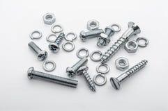 Ein Makroschuß einer kleinen Sammlung Eisen-Schrauben, Nüsse und Federringe Stockfotografie