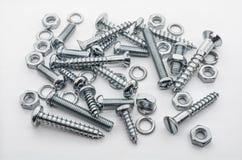 Ein Makroschuß einer mittleren Sammlung Eisen-Schrauben, Nüsse und Federringe Stockfotos