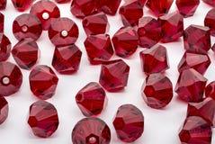 Ein Makroschuß einer Sammlung roter Perlen Stockfotografie