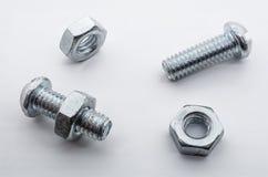 Ein Makroschuß von kleinen Eisen-Schrauben und Nüssen Stockfotos