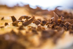 Ein Makroschuß von kleinen Milchschokoladeschnitzeln Stockfoto