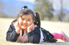 Ein malaysisches Mädchen lächelt auf a-Feld während des Frühlinges Stockbilder