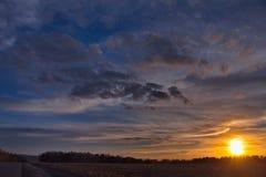 Ein malerischer Frühlingssonnenuntergang über den sibirischen Feldern lizenzfreie stockbilder