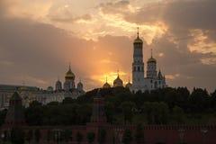 Ein malerischer Sonnenuntergang über dem Kreml stockbild