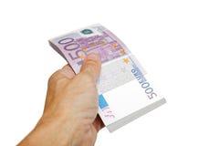 Ein man& x27; s-Hand hält ein Bündel Eurorechnungen, die auf Weiß lokalisiert werden Stockfotos