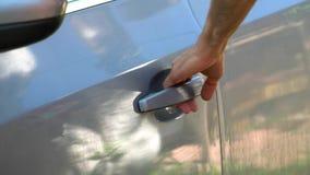 Ein Mann öffnet die Autotür stock footage