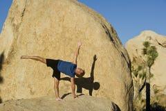 Ein Mann übt Yoga. Lizenzfreie Stockfotografie
