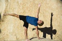 Ein Mann übt Yoga. Lizenzfreies Stockbild