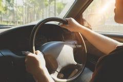 Ein Mann-Antrieb ein Auto lizenzfreie stockfotos