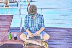 Ein Mann arbeitet im Urlaub stockfotografie