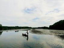 Ein Mann auf dem Fluss Stockbild