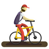 Ein Mann auf einem Fahrrad Ein Radfahrertourist reitet entlang die Straße, mit einem großen touristischen Rucksack Lizenzfreie Stockfotografie