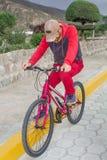 Ein Mann auf einem Fahrrad im Freien, Fahrten entlang der Straße Sportveranstaltung, Sportreiten stockfotos