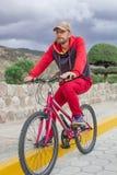 Ein Mann auf einem Fahrrad im Freien, Fahrten entlang der Straße Sportveranstaltung, Sportreiten lizenzfreie stockfotos