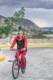 Ein Mann auf einem Fahrrad im Freien, Fahrten entlang der Straße Sportveranstaltung, Sportreiten Im Hintergrund ist eine schöne L lizenzfreies stockbild